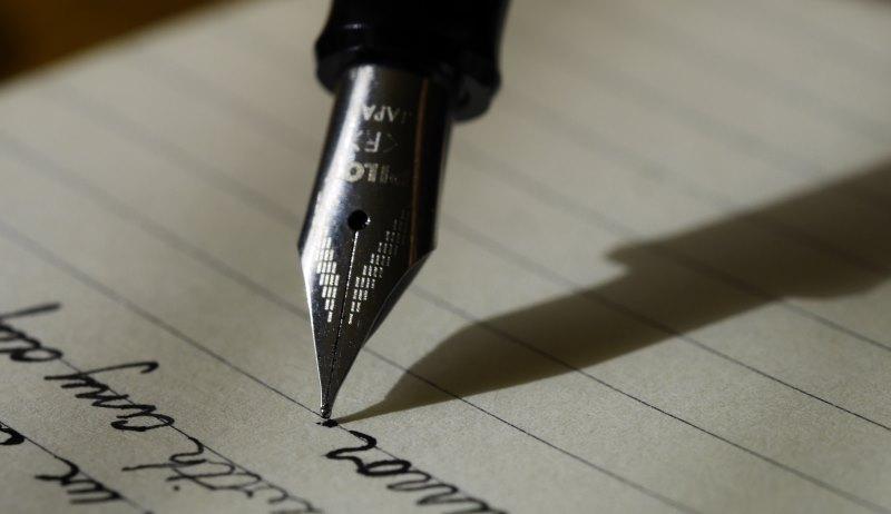 Füllfederhalter schreibt auf Papier